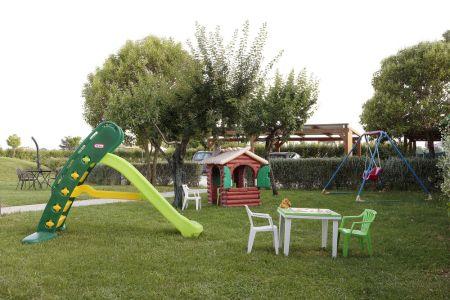 Giochi per bambini in giardino: altalena, scivolo, casetta, biciclette