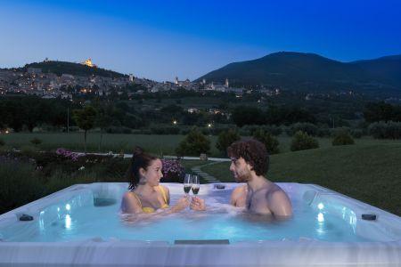 Mini piscina Jacuzzi idromassaggio in giardino con vista su Assisi