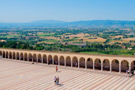 Assisi, porticato del sagrato della Basilica di San Francesco