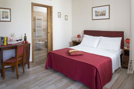 Suite with four poster bed in country bed and breakfast Assisi