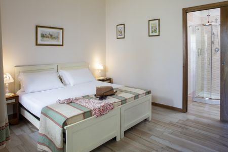 Assisi Bed & Breakfast suite room in farm holiday All'antica Mattonata