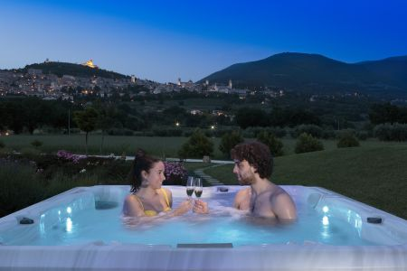 Mini swimming pool Jacuzzi in the garden with view on Assisi